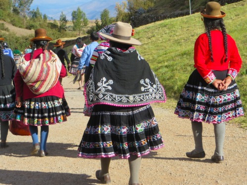 Blog Cusco Women in skirts #11